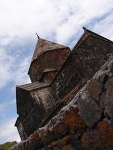 Iglesia en el lago Sevan. Armenia