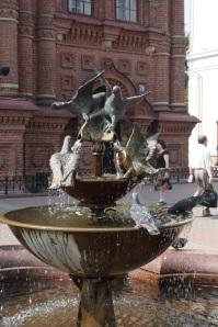 Diferenciando palomas de metal con vivas. Fuente en el centro de Kazan