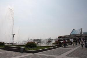 Plaza del teatro G Kamal, con el estanque de fondo