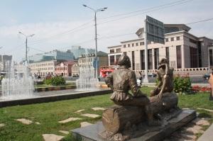 Estatuas sobre leyendas locales, con la universidad de filología al fondo