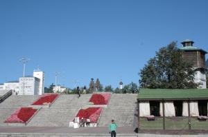 Escalinatas cerca de la presa en el centro de la ciudad