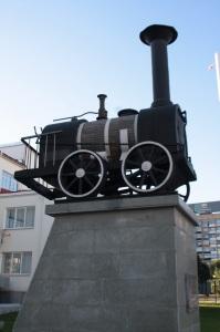 Pequeño monumento al tren cerca de la estación de trenes