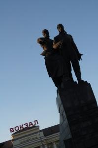Monumento enfrente de la entrada de la nueva estación de trenes