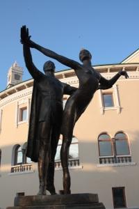 Estatua enfrente del teatro