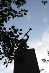 Estatua escondida en una calle