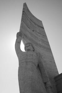 Estatua a la entrada del mirador de Zaisan