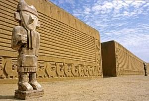 Chan Chan entrada a la fortaleza con las estatuas guardándola