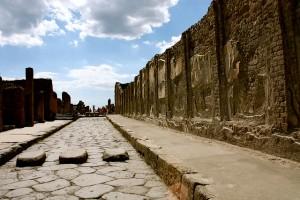 Una de las calles de Pompeya con su paso de peatones