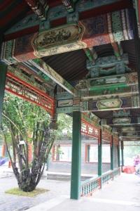 Detalle del paseo de madera cubierto en el templo del cielo