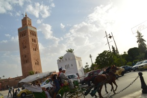 Carruaje por Marrakech con la mezquita de fondo