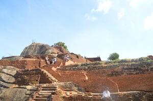 Después de subir a descansar mirando el paisaje en Sigiriya